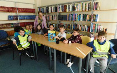 Читање на приказни во библиотеката