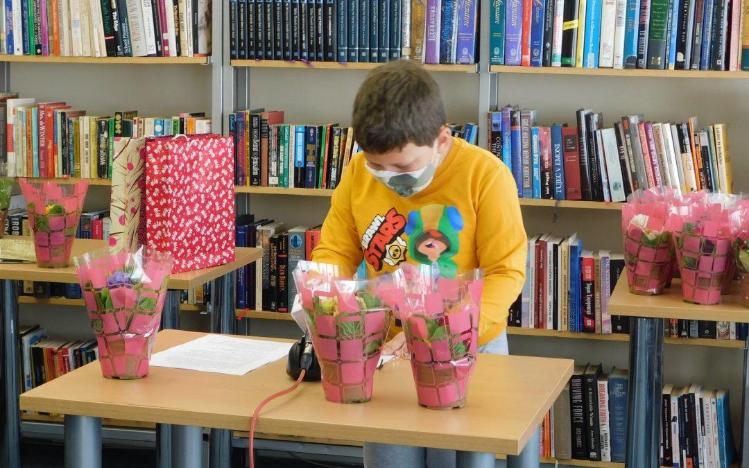 Доделување на наградите од литературниот конкурс за 8-ми Март